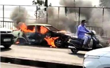حیدرآباد: ٹینک بانڈ پر چلتی کار میں لگی آگ
