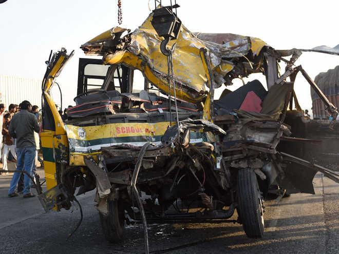 حادثے میں ہلاک تین معصوم بچوں کو اشکبار آنکھوں کے ساتھ الوداع