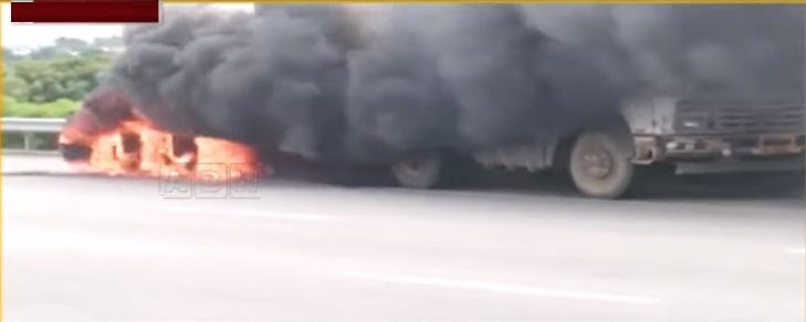 حیدرآباد: چلتی کنٹینر لاری میں اچانک آگ لگ گئی