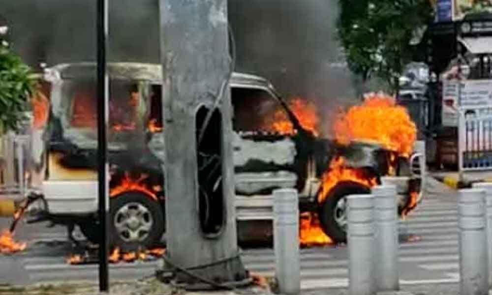 حیدرآباد میں پولیس کی اسکارٹ گاڑی میں آگ لگ گئی