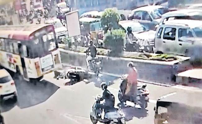 حیدرآباد میں سڑک حادثے میں حاملہ خاتون کی موت، بس ڈرائیور کی لاپرواہی پر گرفتار