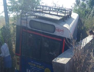 ٹی ایس آر ٹی سی بس کا حادثہ، بال-بال بچے مسافر