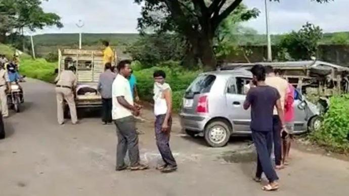 تلنگانہ:سڑک حادثہ میں ایک ہی خاندان کے تین افراد موقع پر ہی ہلاک