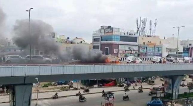 حیدرآباد: ایکسپریس وے پر کار آگ میں لگی آگ