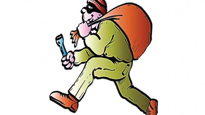 حیدرآباد کے نواحی علاقہ مدینہ گوڑہ میں شوروم سے 40لاکھ روپئے مالیت کے سل فونس کی چوری