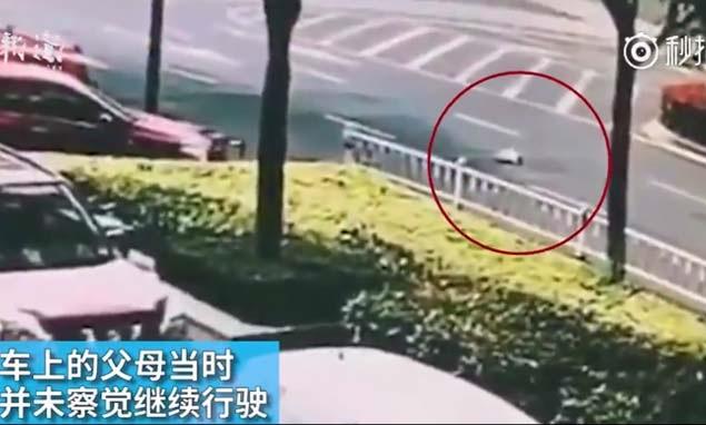 چلتی کار سے گر گیا 10 ماہ کا بچہ