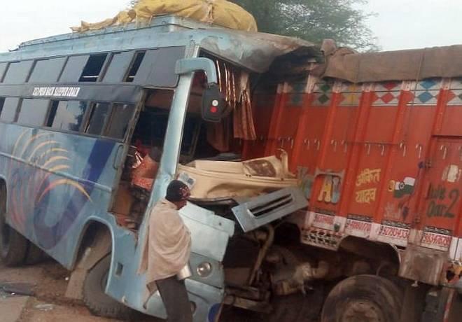 بس ٹرک سے ٹکرائی،9ہلاک،32زخمی