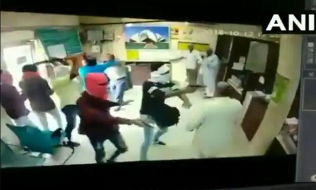 دہلی میں جمعہ کو بینک میں ہوئی لوٹ کا سی سی ٹی وی فوٹیج: کیشئر کو گولی مار کر قتل