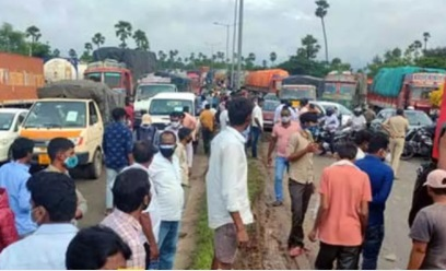 تلنگانہ: عبداللہ پورمیٹ کے قریب ٹینکر الٹ گیا۔ تقریبا ایک کیلومیٹر تک ٹریفک جام