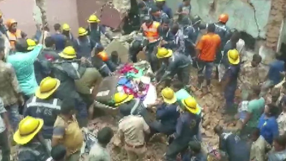 احمد آباد میں 3 منزلہ عمارت منہدم ، 10 افراد کے پھنسے ہونے کا امکان