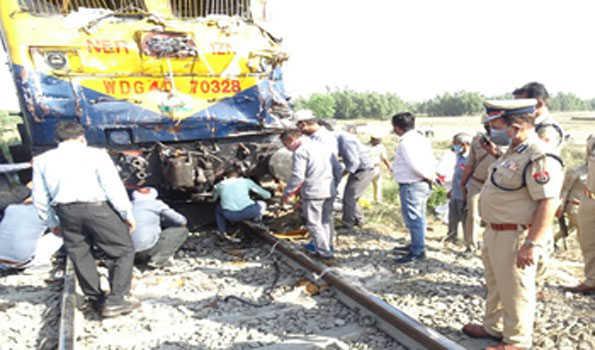 شاہجہاں پور میں کراسنگ پر ٹرین سے ٹرکوں کی ٹکر:پانچ کی موت