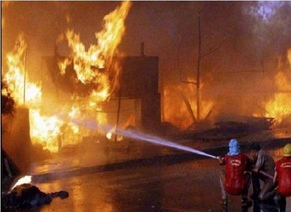 دہلی کے كيرتی نگر فرنیچر مارکیٹ میں آتش زدگی، 100جھگياں بھی خاکستر