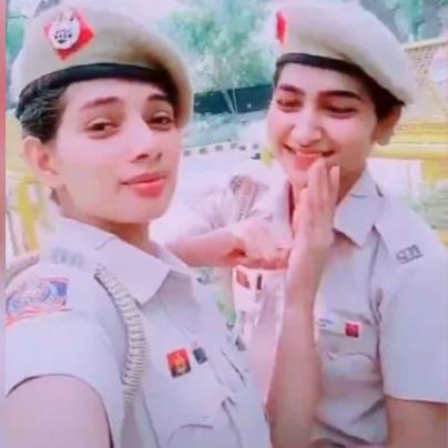 دہلی کی دو خواتین پولیس اہلکار نے ڈیوٹی کے دوران بنایا ٹک-ٹاک ویڈیو