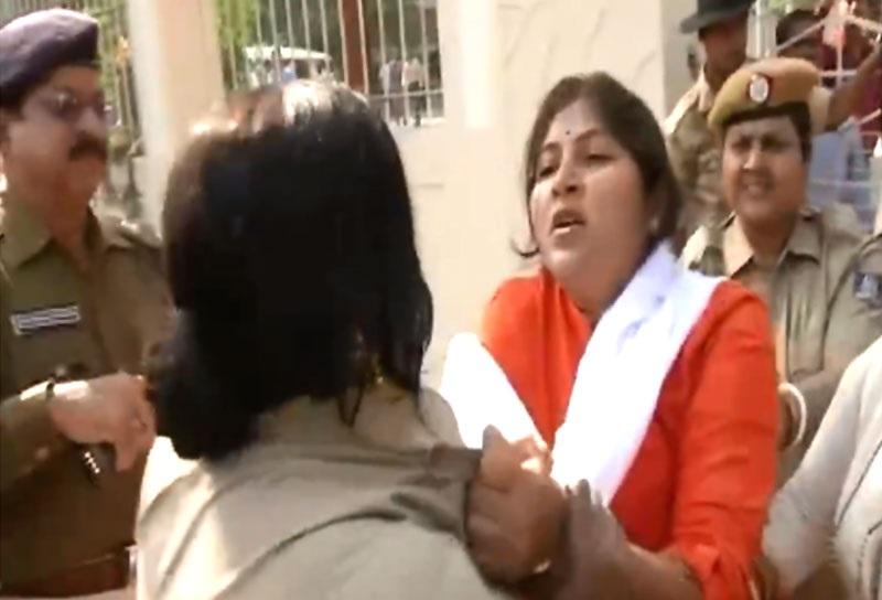 بی جے پی  کارکنوں اور پولیس کے درمیان ہاتھاپائی، خاتون کانسٹبل کا پکڑا کالر