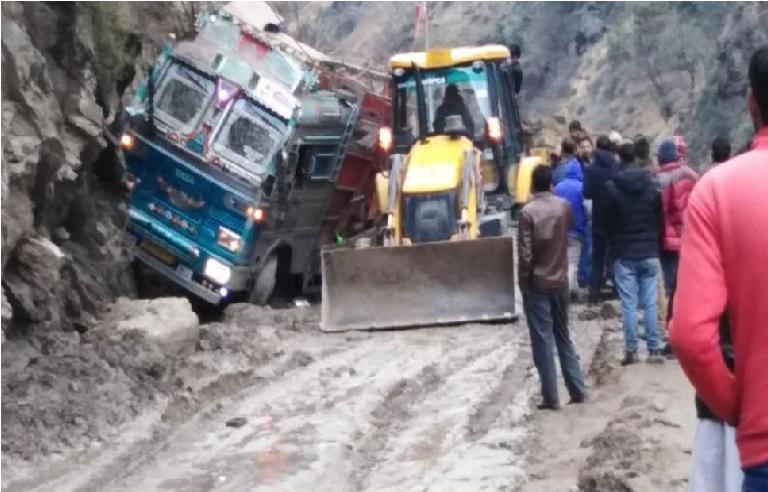 جموں و کشمیر: ڈوڈہ مٹی کے تودے گرنے سے ٹرک پھنس گیا، دو لوگوں کی موت