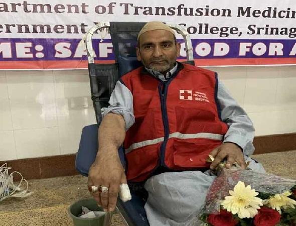 گزشتہ 40 سالوں سے خون کا عطیہ کر رہے ہیں کشمیر کے شبیر احمد، بچائی سینکڑوں زندگیاں