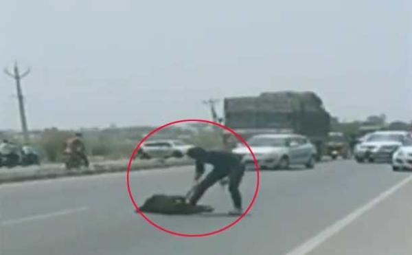 نوجوان کو سڑک پر چاقو سے حملہ کرکے کیا قتل، لوگ بناتے رہے ویڈیو