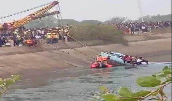 بس کے نہر میں گرنے سے 37 کی موت