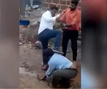 تلنگانہ:گاوں کے بلدی مسائل اٹھانے والے شخص کو سرپنچ نے لات ماری،ویڈیو وائرل