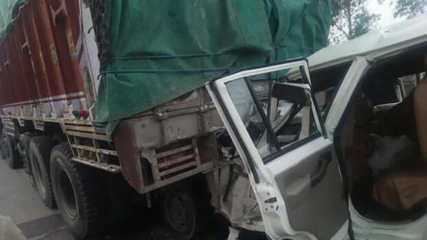 باراتیوں سے بھری گاڑی ٹرک سے ٹکرا ئی، 14 ہلاک