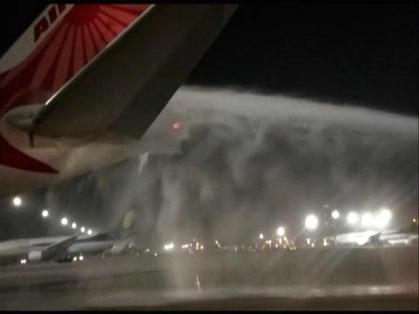 ہوائی اڈے پر ائر انڈیا کے جہاز میں آگ لگ گئی