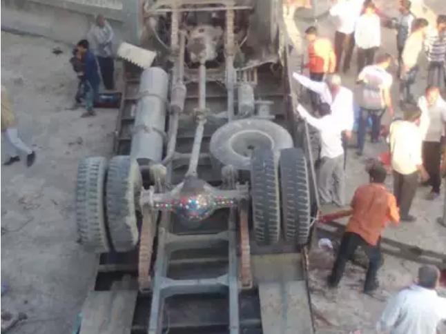 گجرات میں ٹرک پلٹنے سے 25  افراد کی موت