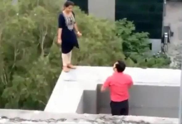 نوکری سے نکالا تو بلڈنگ کی 7 ویں منزل پر چڑھ گئی لڑکی
