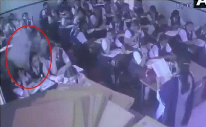 کلاس میں پڑھا رہی تھی ٹیچر، طالب علموں کے سر پر اچانک گرا چھت کا حصہ