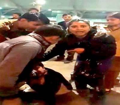 دہلی ایئرپورٹ پر پولیس کی موجودگی میں خاتون سے چھیڑخانی
