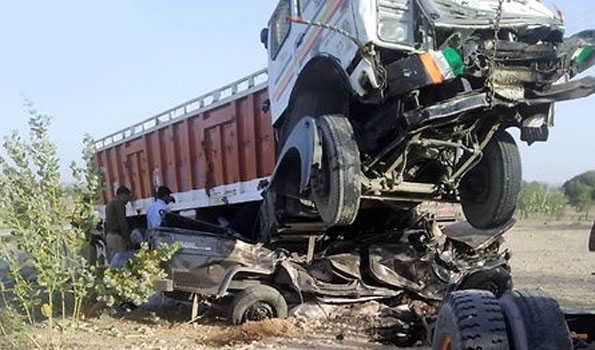 ٹرک اور کیمپر کی ٹکر سے 11 افراد کی موت ، تین زخمی