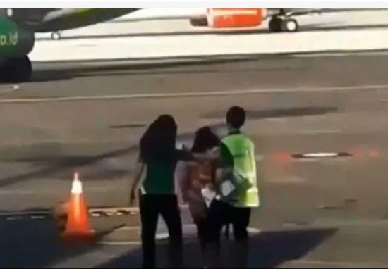 فلائٹ مس ہوگئی تو بھاگ کر جہاز کو پکڑنے نکل گئی خاتون
