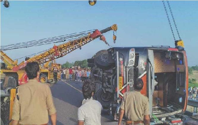 لکھنؤ - اگرا ایکسپریس وے پر ٹرالی سے ٹکرائی بس، 5 لوگوں کی دردناک موت