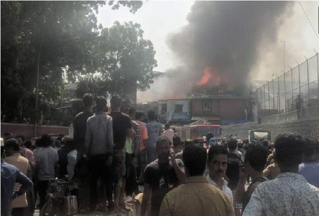 ممبئی: باندرا کی سلم بستی میں لگی آگ، فائر بریگیڈ کی 9 گاڑیاں موقع پر
