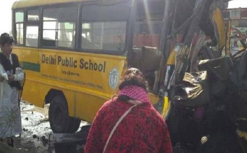 اندور: ڈی پی ایس اسکول بس اور ٹرک تصادم، ڈرائیور اور 5 طالب علموں کی موت