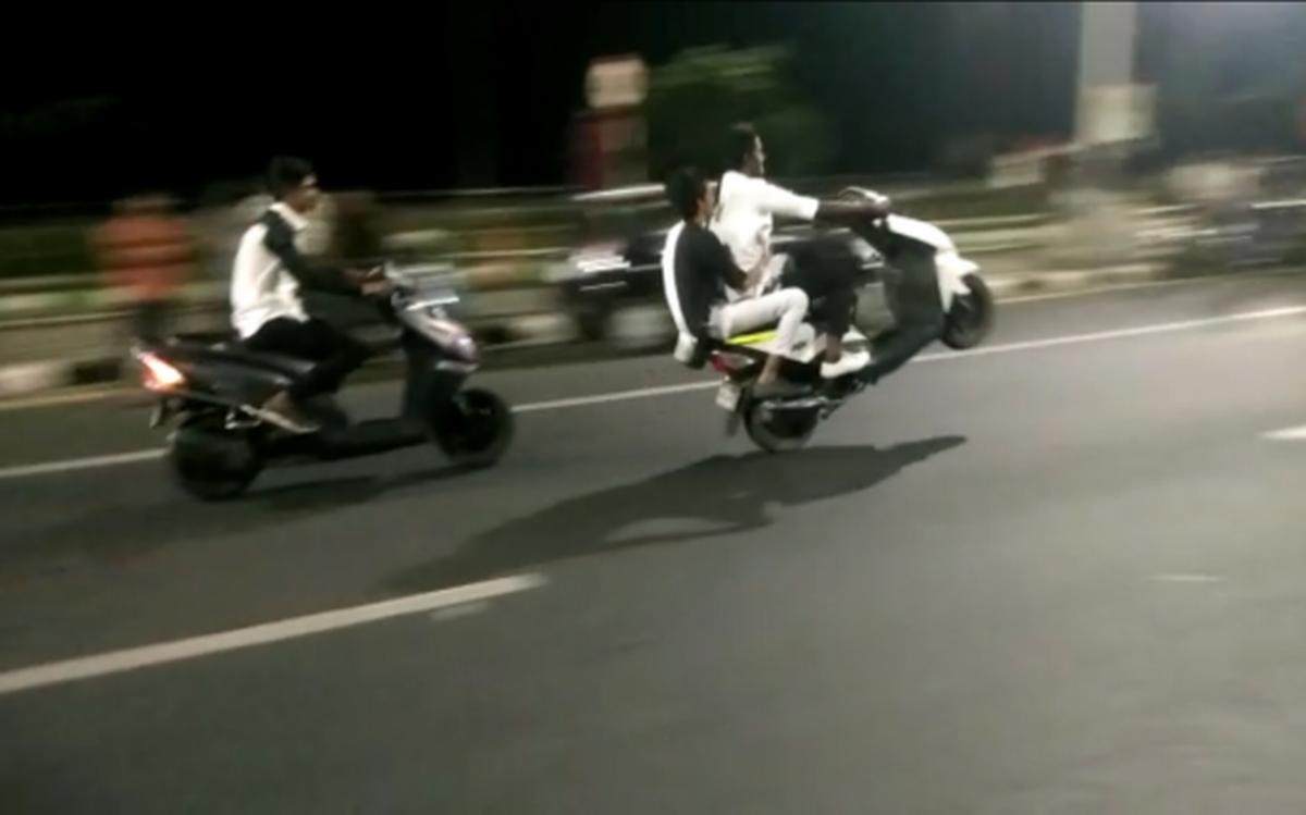 حیدرآباد:سڑک پر نوجوانوں کی بائیک ریسنگ اور کرتب بازی
