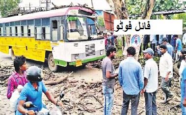 تلنگانہ کے کاماریڈی ضلع میں بس کا بریک فیل۔درخت سے ٹکرا گئی۔8مسافرین زخمی
