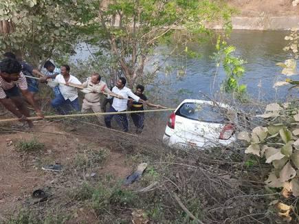 تلنگانہ کے ضلع جگتیال میں کار نہر میں گرپڑی۔ ایک ہی خاندان کے تین افراد ہلاک