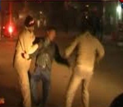 یوپی پولیس نے کی نوجوان کی پٹائی،کیمرے میں قید