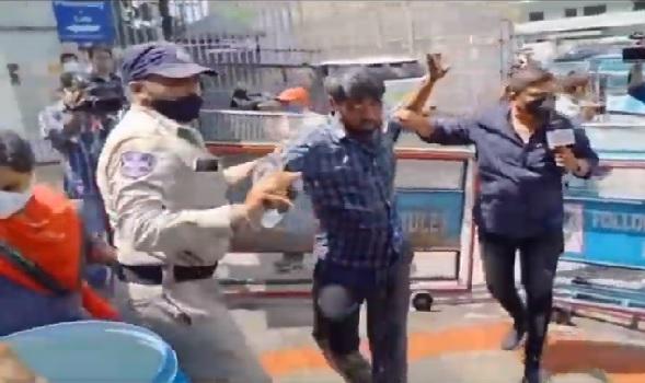 وزیراعلی تلنگانہ کے کیمپ آفس کے سامنے ایک شخص نے خودسوزی کی کوشش کی