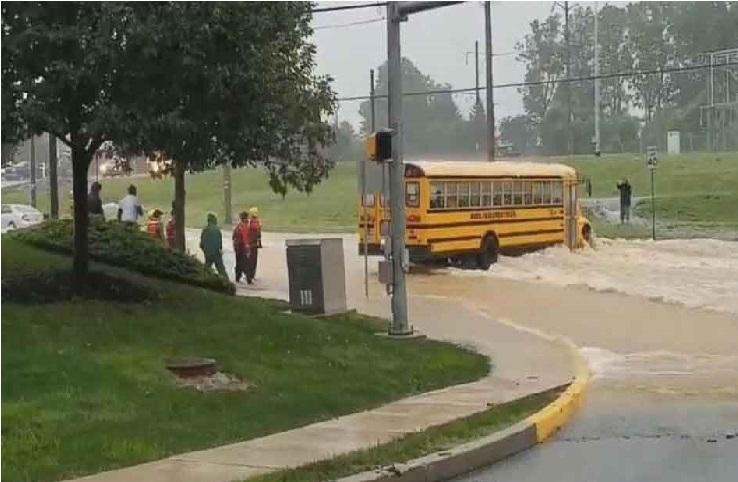 چلتی اسکول بس میں ڈرائیور ہوا بے ہوش، تو بچوں نے سنبھالی کمان