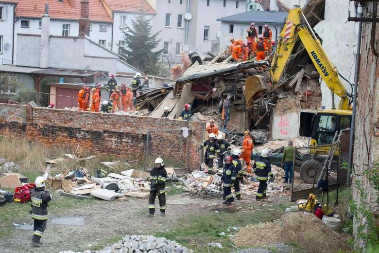 پولینڈ میں رہائشی عمارت منہدم،8لوگ ملبے میں دبے