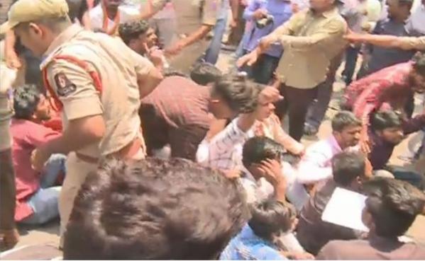 انٹرنتائج کے بعد ناراض طالب علموں کا بورڈ کے سامنے دھرنا