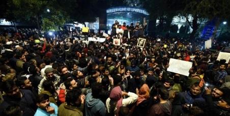 جامعہ ملیہ میں پولیس کارروائی کے خلاف اردو یونیورسٹی کے طلبہ کا احتجاج۔مظاہرین نے اصل گیٹ بند کردی