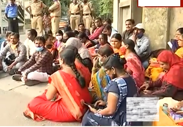 سرواسکشا ابھیان کے انسٹرکٹرس نے حیدرآباد میں دفتر کمشنر و ڈائرکٹر اسکول ایجوکیشن پر دھرنادیا