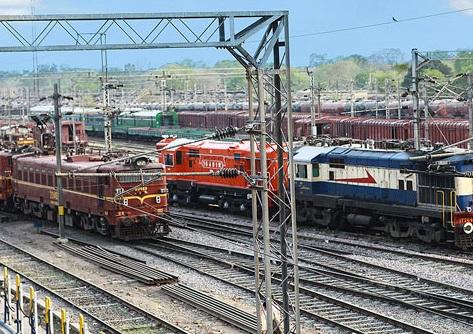 انڈین ریلوے میں 90 ہزار ملازمتوں کے لیے کروڑوں درخواستیں
