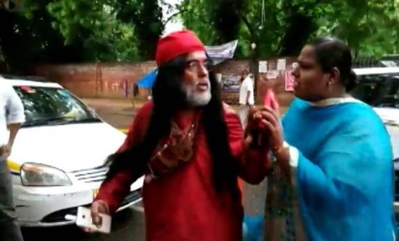سوامی اوم کو دہلی میں خواتین نے دوڑا دوڑ کر پیٹا