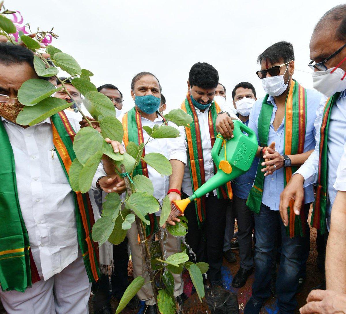 گرین انڈیاچیلنج۔اجئے دیوگن نے تلنگانہ کے گرین انڈسٹرئیل پارک میں پودا لگایا