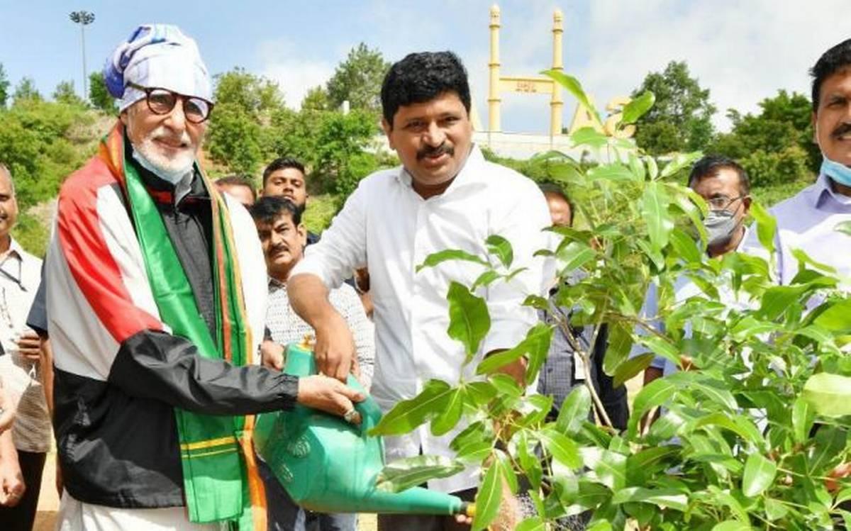 گرین انڈیا چیلنج۔امیتابھ بچن نے حیدرآباد کے راموجی فلم سٹی میں پودالگایا