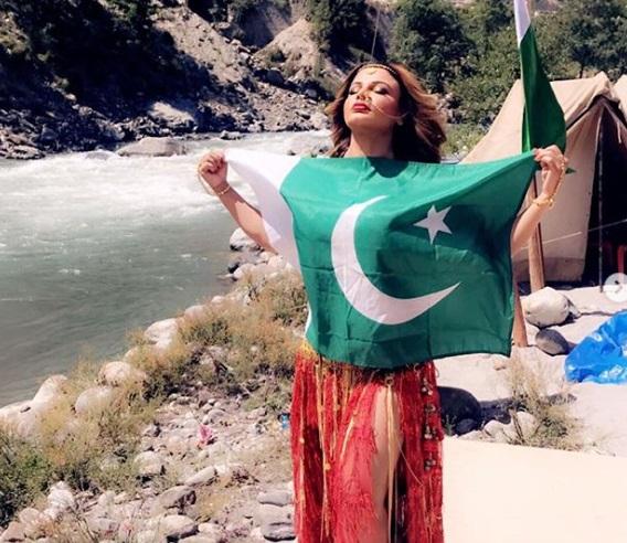 پاکستانی جھنڈے کے ساتھ دیکھی راکھی ساونت نے شیئر کی فوٹو