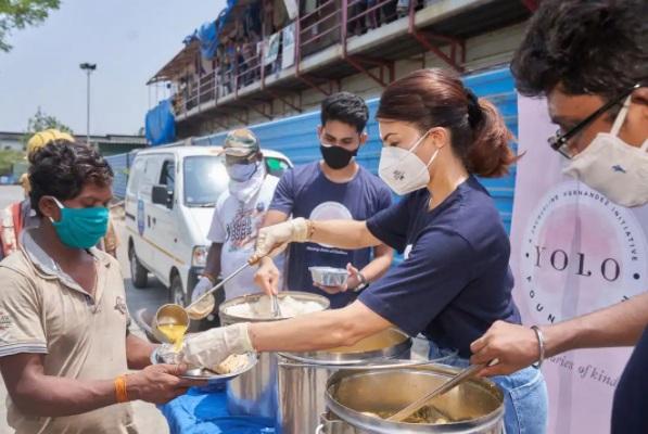 کورونا بحران کے دوران غریبوں کومفت کھانا کھلارہی ہیں جیکلن فرنانڈس